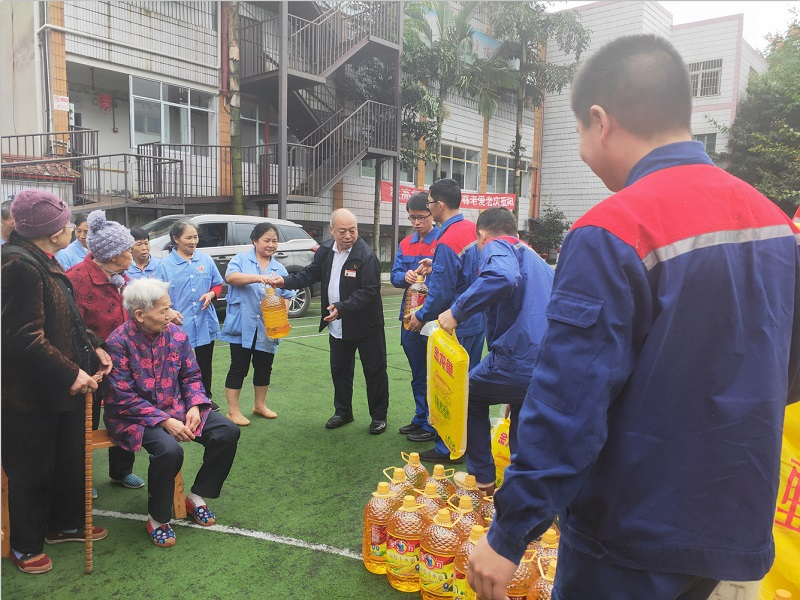 On the afternoon of October 9, 2019, Tonghui Trade Union and the District Federation of Trade Unions and others visited the Shuangjiang Shouerkang Nursing Home in Tongnan to visit the elderly